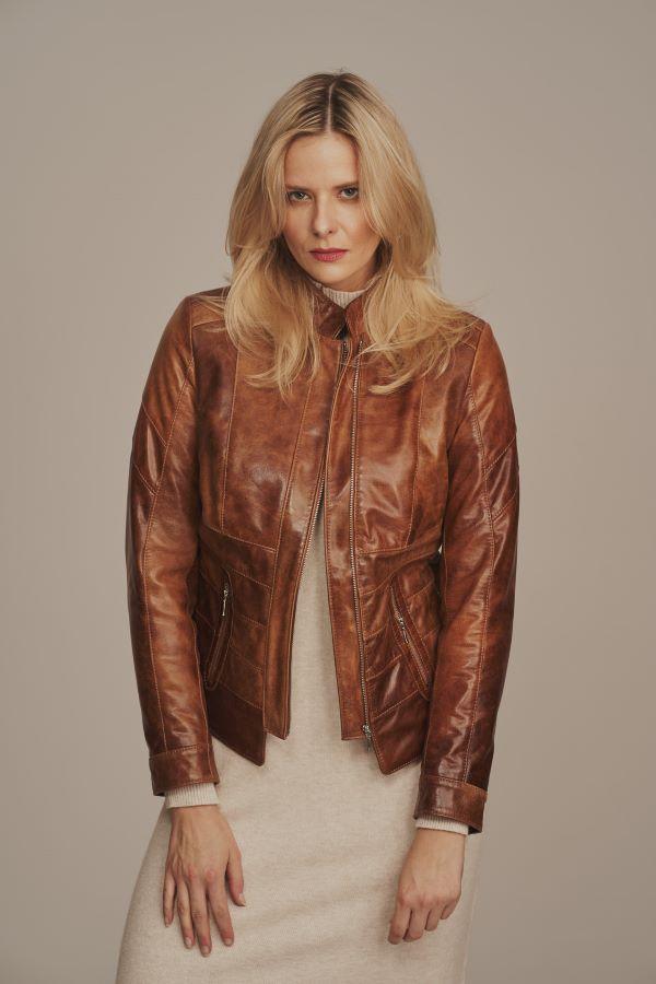 Dlaczego warto nosić skórzaną kurtkę damską na jesień?